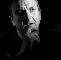Mi Proyecto del curso: Fotografía de estudio: la Iluminación como recurso creativo. Autorretrato, luz cenital a 45º mas reflector plateado. Parámetros: ISO 100, 1/125, f8.. A Photograph project by Francisco L. Palacios García         - 24.02.2017